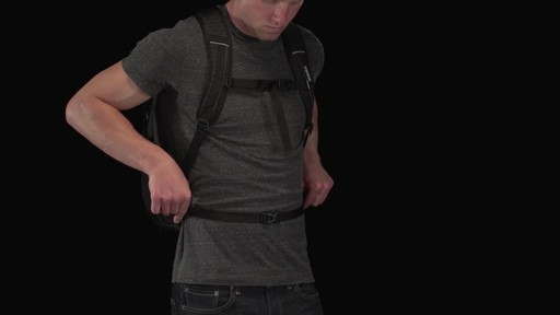 Thule EnRoute Escort 2 Daypack 27L - image 10 from the video