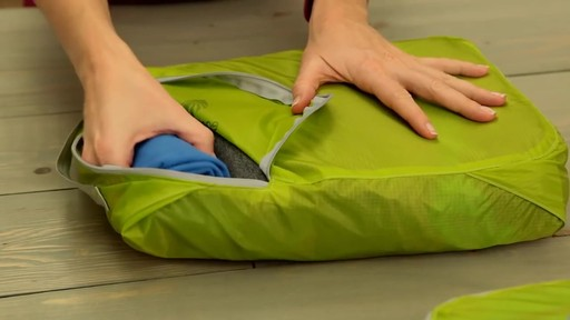 Eagle Creek Pack-It Original 2-Piece Compression Cube Set - image 3 from the video