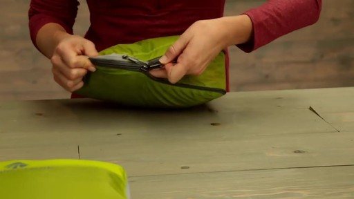 Eagle Creek Pack-It Original 2-Piece Compression Cube Set - image 8 from the video