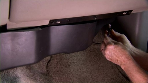 Changing a cabin air filter - image 2 from the video