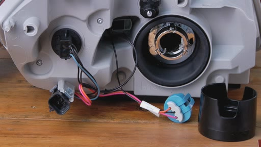 DermaLite SYLVANIA Instalación de lámpara de faro (Spanish) - Advance Auto Parts AC996 - image 10 from the video