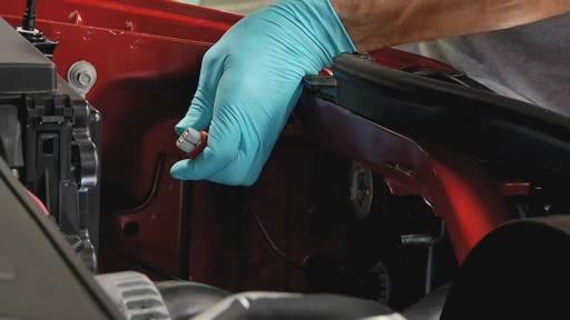 DermaLite SYLVANIA Instalación de lámpara de faro (Spanish) - Advance Auto Parts AC996 - image 6 from the video