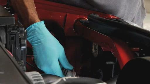DermaLite SYLVANIA Instalación de lámpara de faro (Spanish) - Advance Auto Parts AC996 - image 7 from the video
