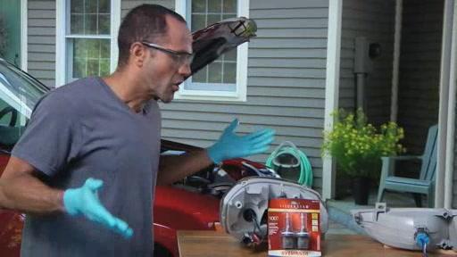 DermaLite SYLVANIA Instalación de lámpara de faro (Spanish) - Advance Auto Parts AC996 - image 9 from the video