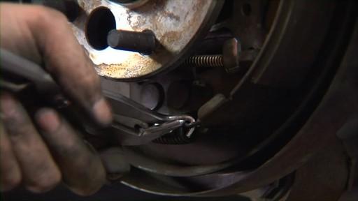 Wearever Cambio de Frenos de Tambor - Paso 2 - Sacar el Conjunto del Tambor NB795 - image 4 from the video