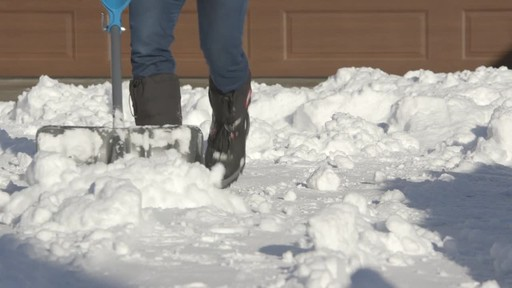 Yardworks Ergonomic Combo Snow Shovel, 19-in - image 3 from the video
