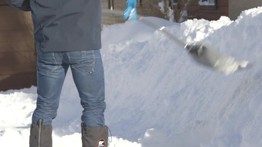 Yardworks Ergonomic Combo Snow Shovel, 19-in - image 7 from the video