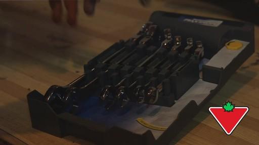 Ensemble de clés à tête articulée SAE MAXIMUM GearWrenchMD – Témoignage de Rob - image 2 from the video