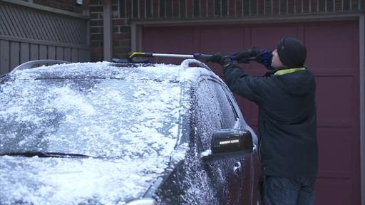 Balai à neige télescopique à tête pivotante, 3 positions - image 2 from the video