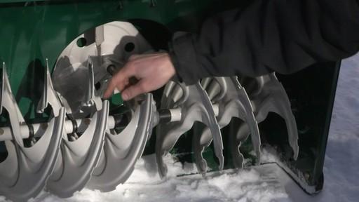 Souffleuse à neige à 2 phases Yardworks de 357 cm3 – Témoignage de Don - image 7 from the video