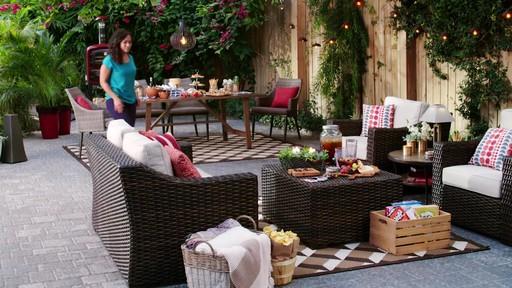 Fête dans le jardin - Soleil et terre cuite - image 1 from the video