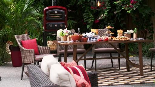 Fête dans le jardin - Soleil et terre cuite - image 4 from the video