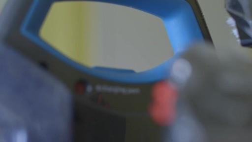 Aspirateur portable sans fil Bissell SpotClean-le témoignage de Greg - image 5 from the video