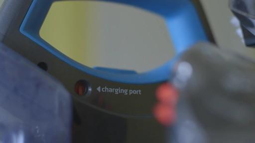 Aspirateur portable sans fil Bissell SpotClean-le témoignage de Greg - image 6 from the video