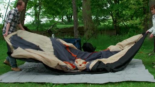 Ce que vous devez savoir Sur le montage d'une tente à mâts - image 3 from the video