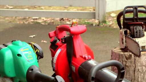 Nettoyant Gumout à vaporiser pour petits moteurs  - image 2 from the video