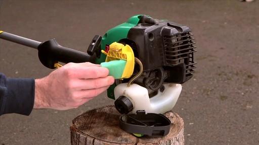 Nettoyant Gumout à vaporiser pour petits moteurs  - image 3 from the video
