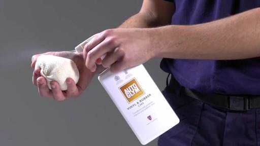 Produit Autoglym pour vinyle et caoutchouc - image 3 from the video