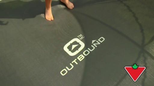 Trampoline Outbound Oval avec filet de sécurité, 13 pi - image 4 from the video