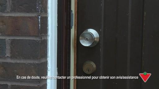 Comment changer une serrure de porte et les ferrures - image 1 from the video
