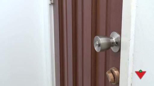 Comment changer une serrure de porte et les ferrures - image 10 from the video