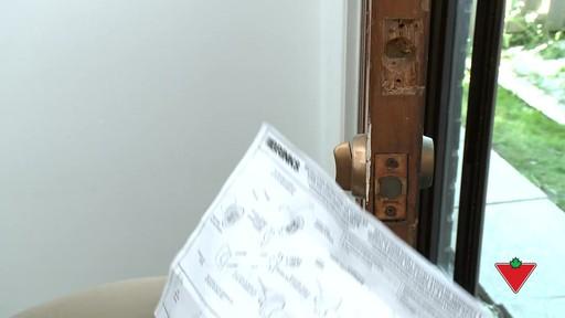 Comment changer une serrure de porte et les ferrures - image 2 from the video