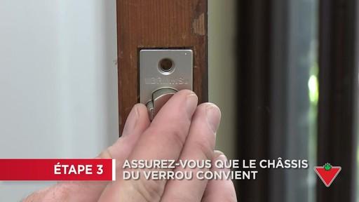 Comment changer une serrure de porte et les ferrures - image 3 from the video
