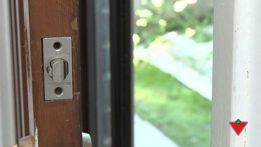 Comment changer une serrure de porte et les ferrures - image 4 from the video