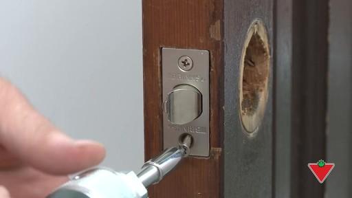 Comment changer une serrure de porte et les ferrures - image 5 from the video