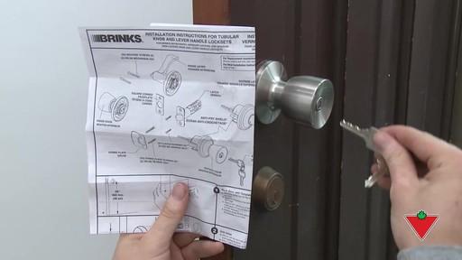 Comment changer une serrure de porte et les ferrures - image 6 from the video