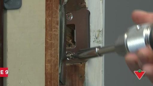 Comment changer une serrure de porte et les ferrures - image 9 from the video
