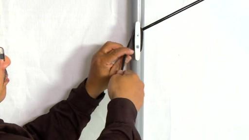 Shelter Logic Nécessaire de porte enroulante Pull-Eaze - image 10 from the video