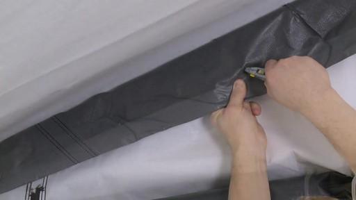 Shelter Logic Nécessaire de porte enroulante Pull-Eaze - image 5 from the video