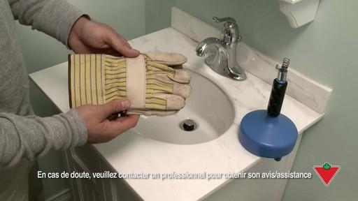 Comment déboucher un lavabo - image 1 from the video
