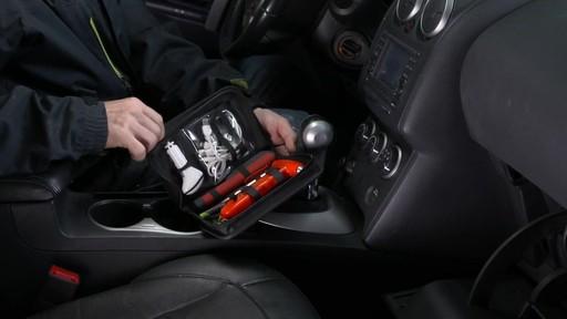 La trousse de secours Assistance routière Canadian Tire pour boîte à gants - image 9 from the video