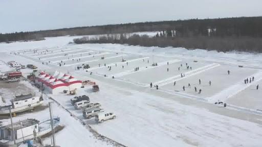 Montage – BÂTISSEURS DE PATINOIRES (Nous Jouons Tous Pour Le Canada) - image 2 from the video