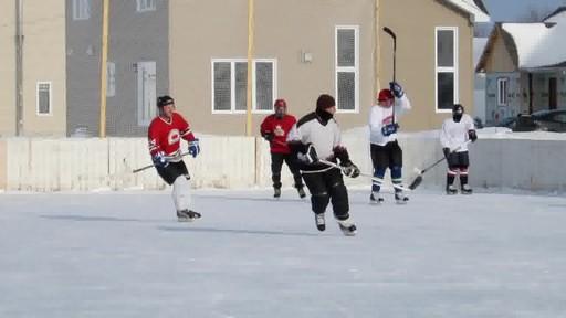 Montage – BÂTISSEURS DE PATINOIRES (Nous Jouons Tous Pour Le Canada) - image 8 from the video