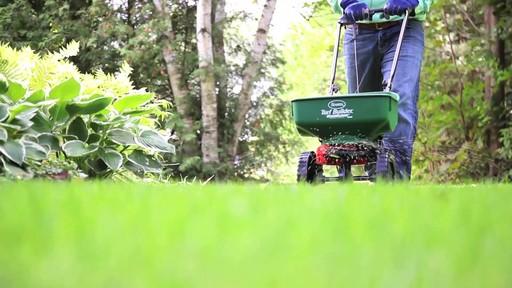 Utilisation d'un épandeur pour la pelouse - image 2 from the video