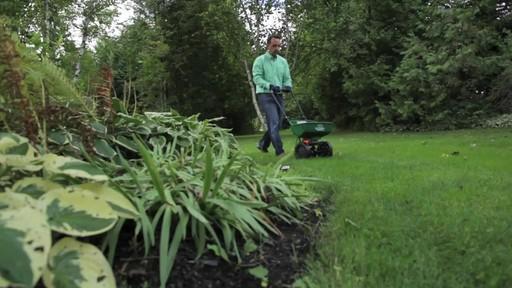 Utilisation d'un épandeur pour la pelouse - image 3 from the video