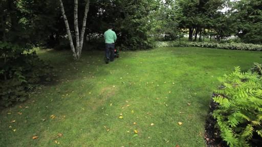 Utilisation d'un épandeur pour la pelouse - image 7 from the video