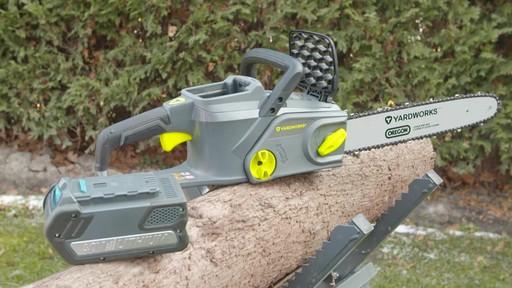Scie à chaîne à moteur sans balais Yardworks, 40 V, 14 po - image 5 from the video