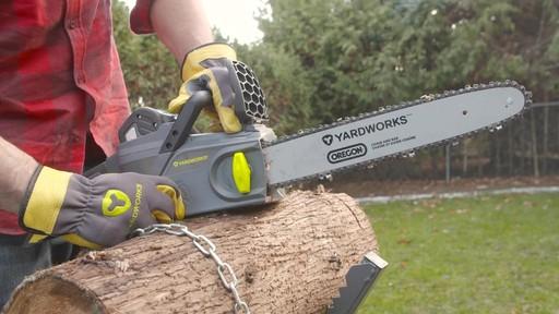 Scie à chaîne à moteur sans balais Yardworks, 40 V, 14 po - image 6 from the video