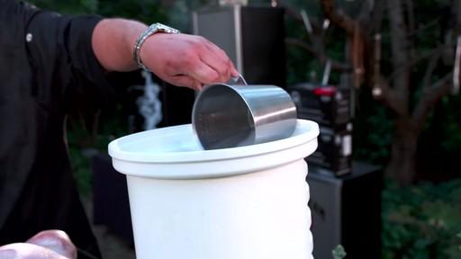 Bradley Smokers - our la cuisson d'une dinde dans un fumoir Bradley - image 1 from the video