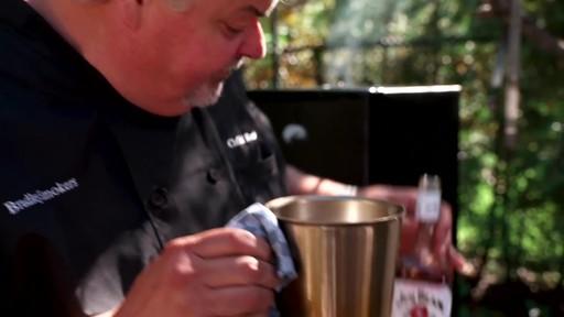Bradley Smokers - our la cuisson d'une dinde dans un fumoir Bradley - image 7 from the video