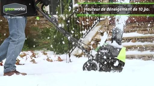Souffleuse à neige à moteur sans balai Greenworks, 40 V - image 2 from the video