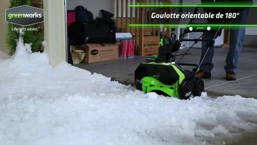 Souffleuse à neige à moteur sans balai Greenworks, 40 V - image 4 from the video
