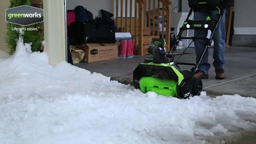 Souffleuse à neige à moteur sans balai Greenworks, 40 V - image 5 from the video