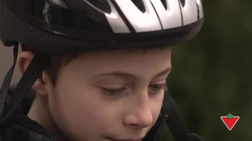 Choisir un casque de vélo pour enfants - image 3 from the video