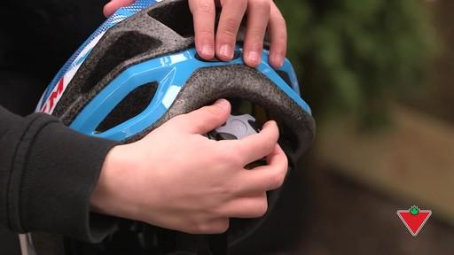 Choisir un casque de vélo pour enfants - image 7 from the video