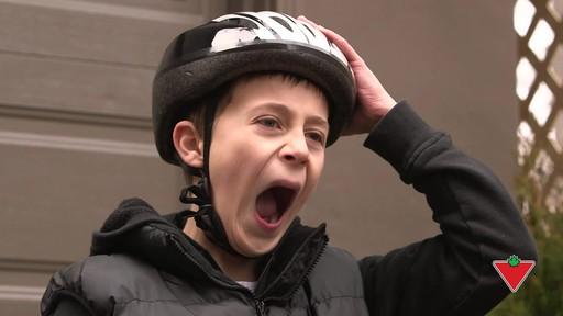 Choisir un casque de vélo pour enfants - image 9 from the video